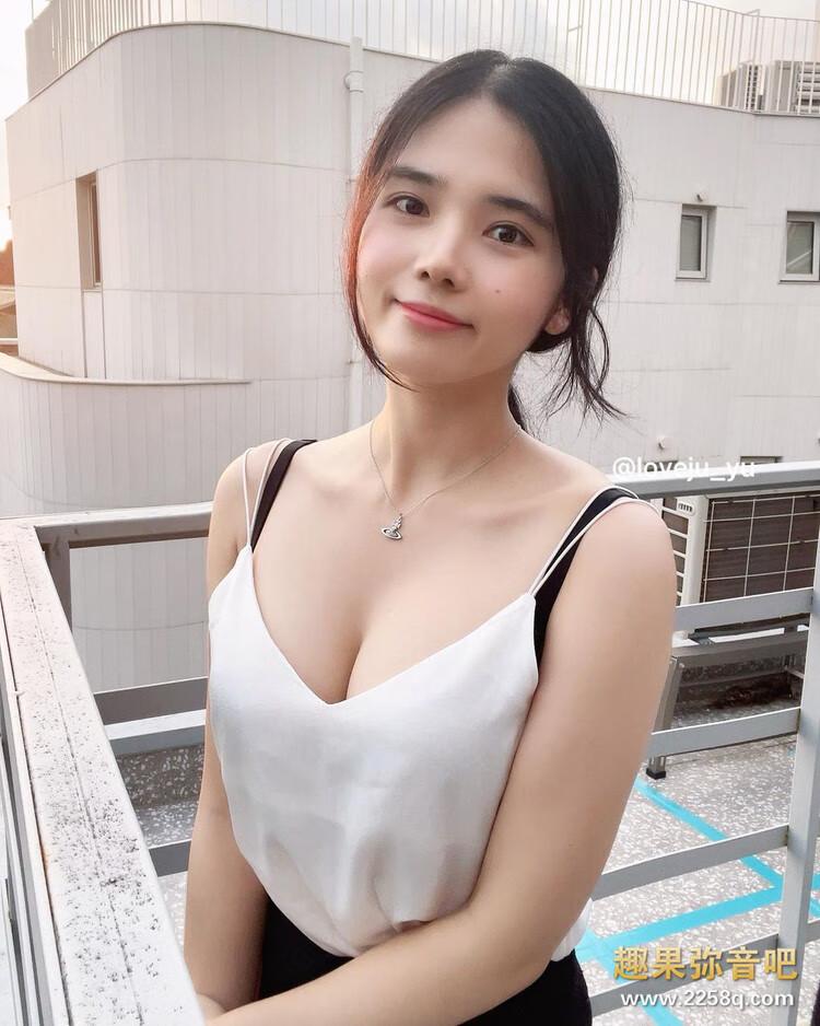女友感满满的穿搭!韩国正妹Yuju「紧身衣+窄裙」让饱满身材一览无遗 20.jpg