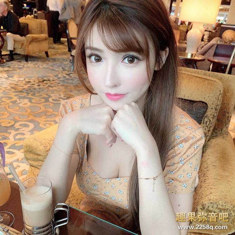美食、美景、美女一次满足!香港正妹「咏曦」泳装现身深V 画面狂吸目光 10.jpg