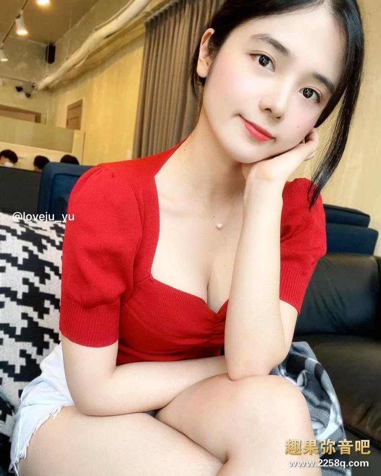 女友感满满的穿搭!韩国正妹Yuju「紧身衣+窄裙」让饱满身材一览无遗 13.jpg