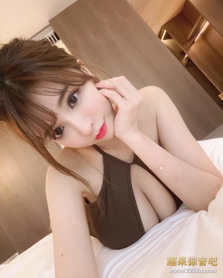 美食、美景、美女一次满足!香港正妹「咏曦」泳装现身深V 画面狂吸目光 4.jpg