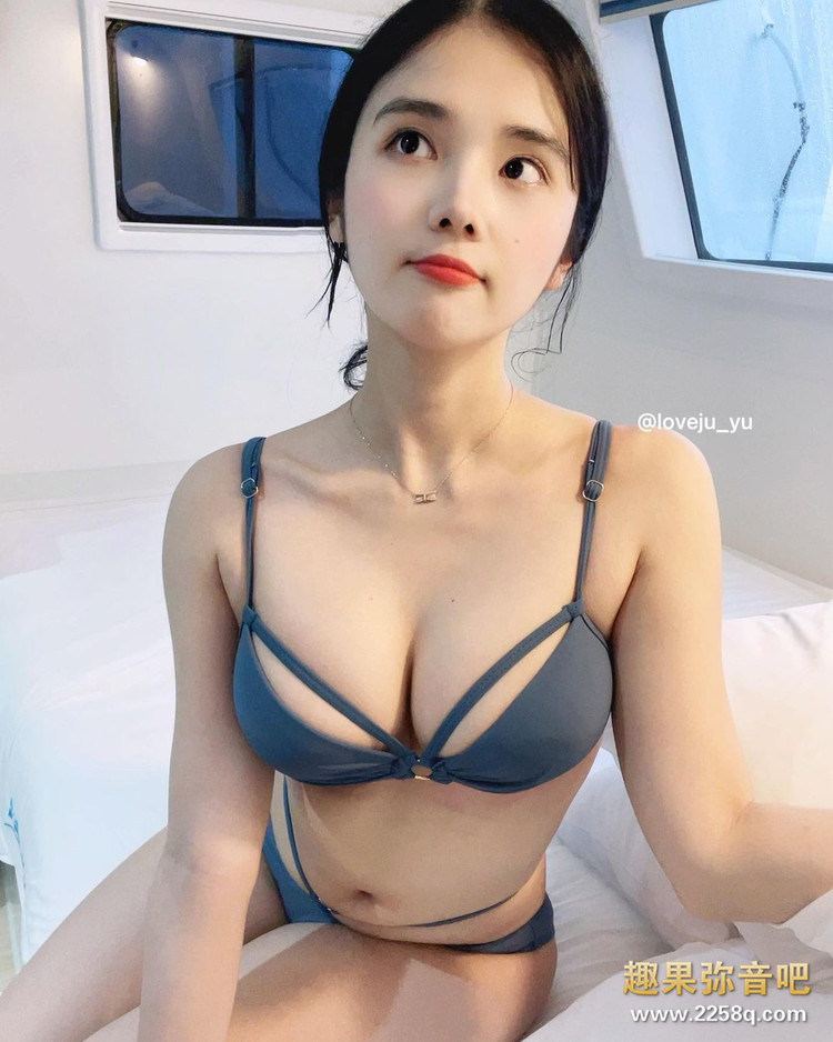 女友感满满的穿搭!韩国正妹Yuju「紧身衣+窄裙」让饱满身材一览无遗 5.jpg