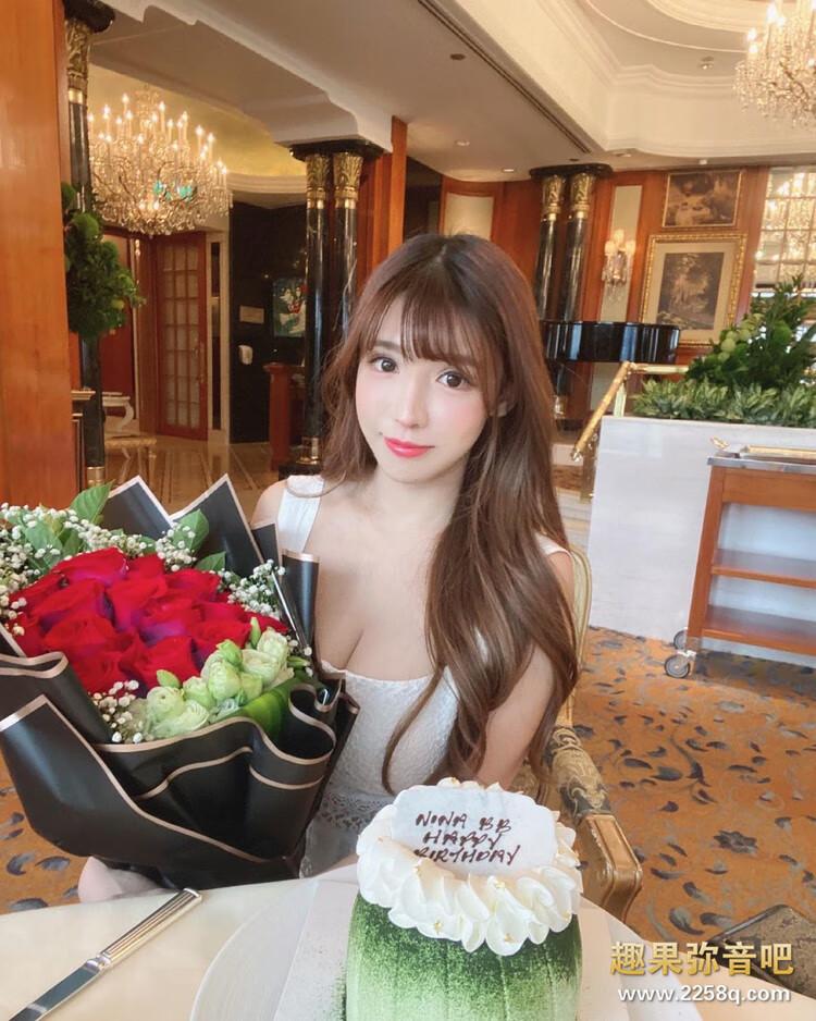美食、美景、美女一次满足!香港正妹「咏曦」泳装现身深V 画面狂吸目光 12.jpg